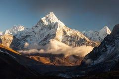 在Dingboche附近村庄的阿马Dablam 6856m峰顶在尼泊尔的Khumbu地区,导致的供徒步旅行的小道的 图库摄影