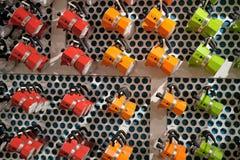 在displayin的五颜六色的传统iitalian Bialetti moka罐 免版税库存照片