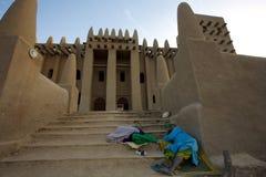 在djenné清真寺前面的睡眠者在马里 免版税库存照片