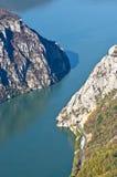 在Djerdap峡谷是最狭窄的多瑙河的峭壁在地方 免版税库存照片