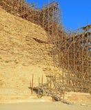 在Djoser金字塔的脚手架在塞加拉 免版税库存照片
