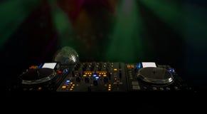 在DJs音乐甲板的光在晚上 免版税库存照片