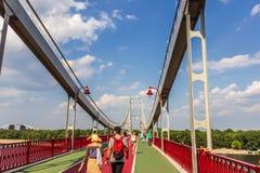 在Dnieper的走的桥梁在基辅,乌克兰 免版税库存图片