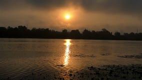 在Dnipro河岸的精采日落与金黄Sunpath在夏天 影视素材