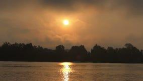 在Dnipro河岸的金黄日落与金黄Sunpath在夏天 影视素材