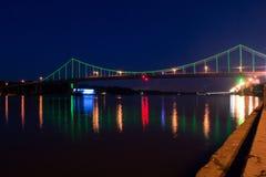 在Dnipro河的五颜六色的桥梁 免版税图库摄影