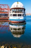 在Dnipro河的船St安德烈在城市的历史的中心Podil的 E 免版税图库摄影