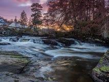 在Dochart的秋天的日落在Killin,风景,苏格兰 免版税图库摄影