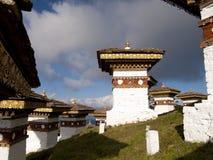 在Dochula的108 chortens在不丹通过 免版税库存照片