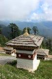 在Dochula通行证的不丹样式stupa在Bhu 免版税库存图片