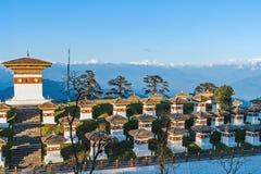 在Dochula通行证的日落与喜马拉雅山在背景-不丹中 免版税库存照片