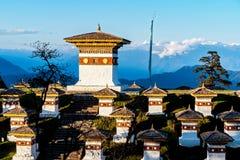 在Dochula通行证的日落与喜马拉雅山在背景-不丹中 库存图片
