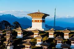 在Dochula通行证的日落与喜马拉雅山在背景-不丹中 库存照片