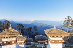 在Dochula通行证的日落与喜马拉雅山在背景-不丹中 免版税图库摄影