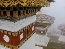 在Dochula通行证的Stupas在雾在不丹 库存图片