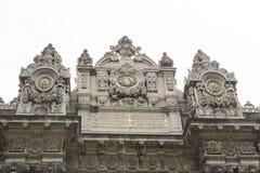 在Dolmabahce宫殿的皇家门在伊斯坦布尔 库存图片