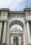 在Dolmabahce宫殿的皇家门在伊斯坦布尔 图库摄影
