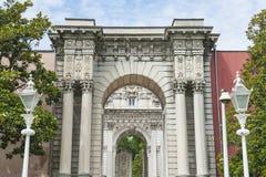 在Dolmabahce宫殿的皇家门在伊斯坦布尔 库存照片
