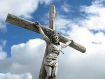 在Dolomiti的耶稣受难象 库存照片