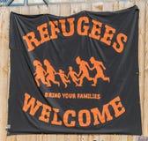 在Dom的一副横幅在欢迎难民的雷根斯堡英国词的 免版税库存图片
