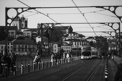 在dom雷斯桥梁的电子电车在葡萄牙的波尔图黑白的 图库摄影