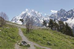 在Dombai山的春日  2008 4月3280日上生高加索北部峰顶土坎岩石俄国 库存照片