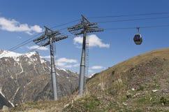 在Dombai山的空中览绳  库存图片