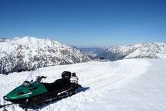 在Dombai山的雪上电车  免版税图库摄影