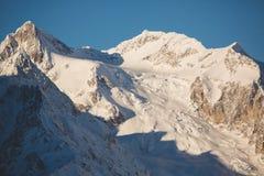 在Dombai,高加索山的山上面  免版税库存照片