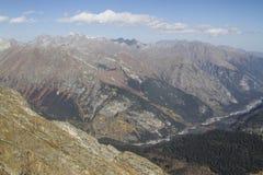 在Dombay秋天附近的高加索山脉 免版税库存照片