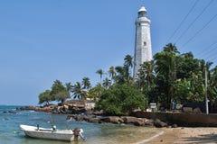 在Dondra和渔船的灯塔 免版税库存照片