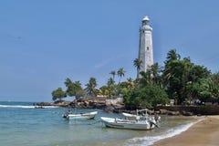 在Dondra和渔船的灯塔 免版税库存图片