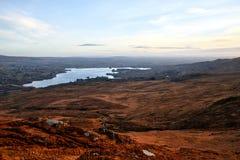 在Donegal爱尔兰风景的看法有一个美丽的湖和蓝天的在背景中 免版税库存图片