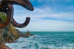 在Donostia,西班牙的巴斯克地区雕刻`风`的梳子 库存图片