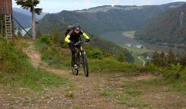 在Donube上的山骑自行车的人 图库摄影