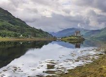 在Dornie的爱莲・朵娜城堡Lochalsh的凯尔的在苏格兰wi的 免版税库存照片