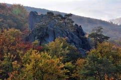 在Dovbush_18附近的秋天风景 库存图片
