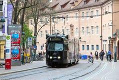 在dowtown弗赖堡,德国的电车 免版税库存图片