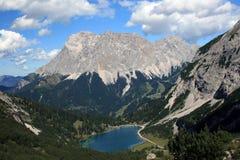 在Drachensee湖的看法山的 图库摄影