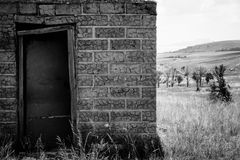 在Drakensburg山的山麓小丘的被放弃的农舍 库存照片