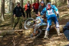 在Drapak圈地种族的摩托车越野赛车手 库存图片