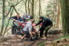 在Drapak圈地种族的摩托车越野赛车手 库存照片