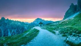 在Drei Zinnen或Tre Cime di Lavaredo,白云岩Italien阿尔卑斯的路 库存照片