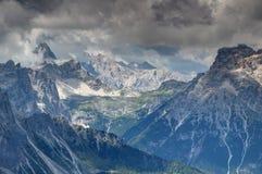 在Drei Zinnen Tre Cime下的Zinnen高原在白云岩锐化 库存图片
