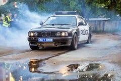 在driftshow的警车BMW 5系列灼烧的轮胎 免版税图库摄影