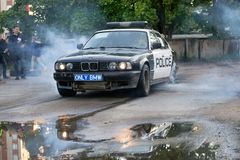 在driftshow的警车BMW 5系列灼烧的轮胎 库存图片