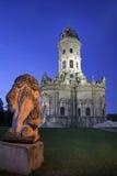 在Dubrovitsy教会前面的砍头的雕象微明的 库存图片