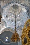 在Dubrovitsy教会圆顶的穹顶的下垂悬的枝形吊灯  免版税库存图片