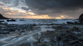 在Duckpool海湾的日落在康沃尔郡 库存照片