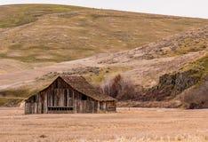 在Dufur,俄勒冈附近的美妙地被风化的老谷仓 库存照片